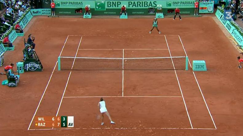 Virginie Razzano fait trembler Roland-Garros en 2012. Sur sa huitième balle de match, elle élimine Serena Williams au premier tour. Un exploit historique.