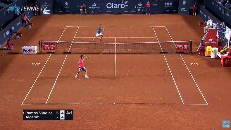 Carlos Alcaraz, 16 ans, gagne son premier match sur le circuit ATP, à Rio.