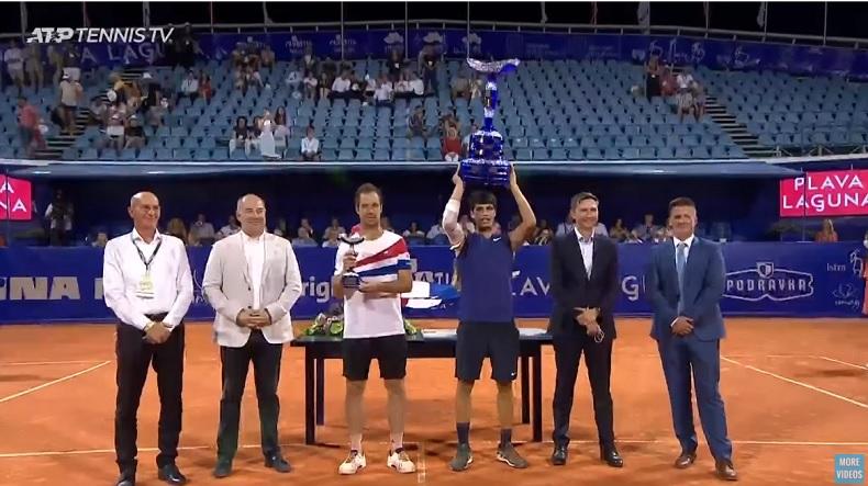 Carlos Alcaraz, 18 ans, remporte son premier titre ATP au tournoi d'Umag 2021.