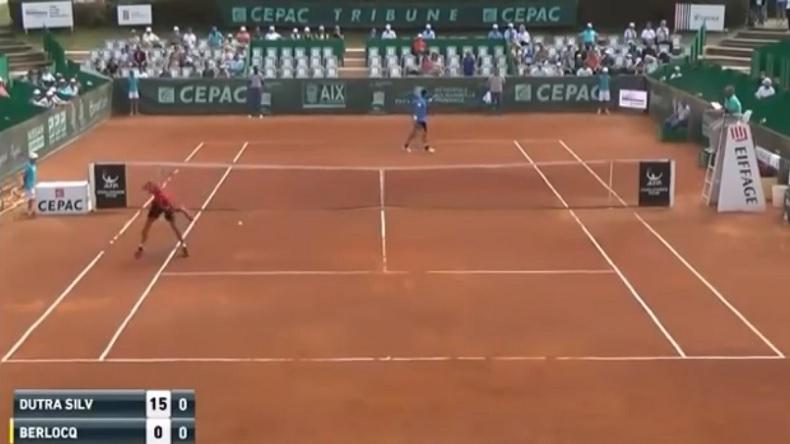 Regardez le score ! Carlos Berlocq fissure dès le deuxième point du match et explose une raquette.