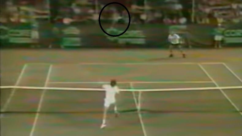 Jimmy Connors jette sa raquette plusieurs mètres au-dessus du filet et parvient à remettre la balle dans le terrain.