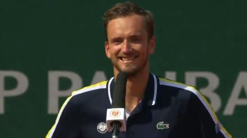 Daniil Medvedev essaye de se mettre le public dans la poche à Roland-Garros et c'est génial.