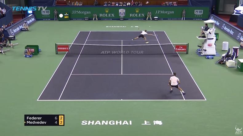 La volée rétro de Daniil Medvedev contre Roger Federer au Masters de Shanghai 2018.