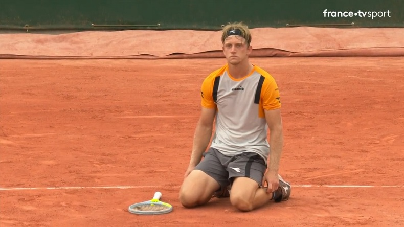 Alejandro Davidovich Fokina élimine Casper Ruud en cinq sets à Roland-Garros, après un dernier jeu mythique.
