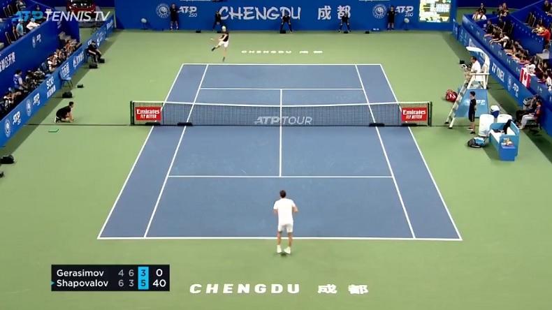 Denis Shapovalov fait un énorme revers sauté sur balle de match à Chengdu.