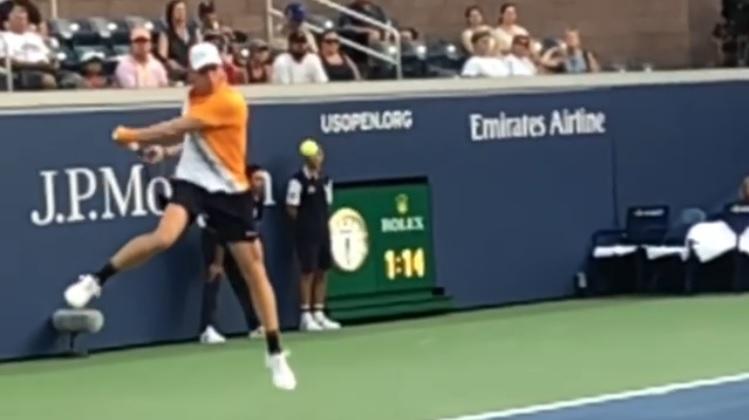 Ce slow motion d'un revers sauté de Denis Shapovalov à l'US Open est une petite merveille.