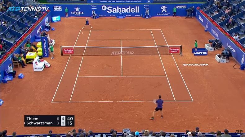 Diego Schwartzman frappe un coup droit long de ligne énorme contre Thiem au tournoi de Barcelone 2019.