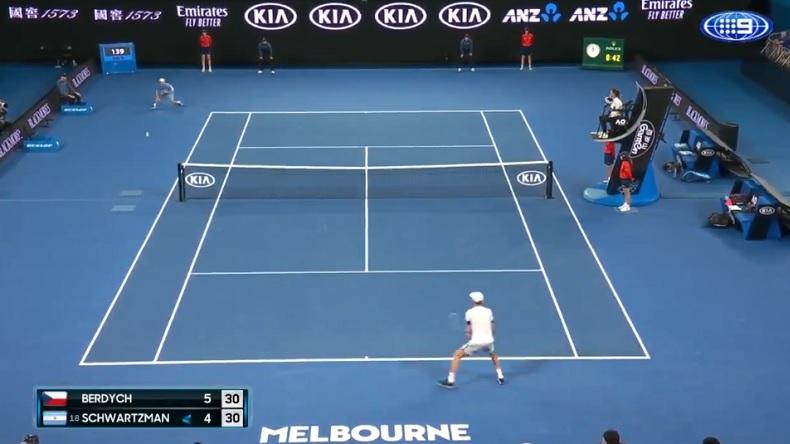 La trajectoire de ce coup droit de Diego Schwartzman contre Tomas Berdych à l'Open d'Australie, est complètement folle.