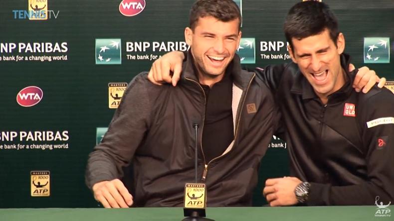 Grigor Dimitrov et Novak Djokovic rigolent en conférence de presse lors du Masters 1000 d'Indian Wells 2014.