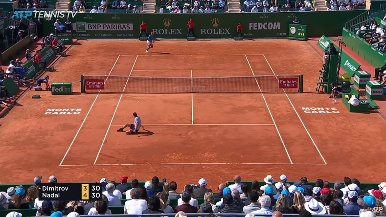 Le revers gagnant en tacle glissé : un des deux points énormes enchaînés par Grigor Dimitrov contre Nadal à Monte-Carlo.