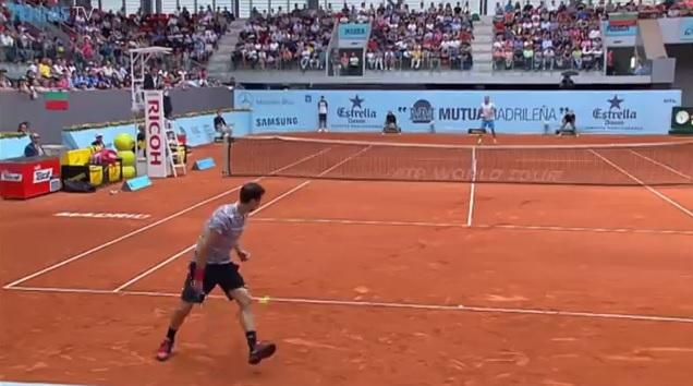Grigor Dimitrov lâche un parpaing sur un coup entre les jambes au Masters 1000 de Madrid 2014.