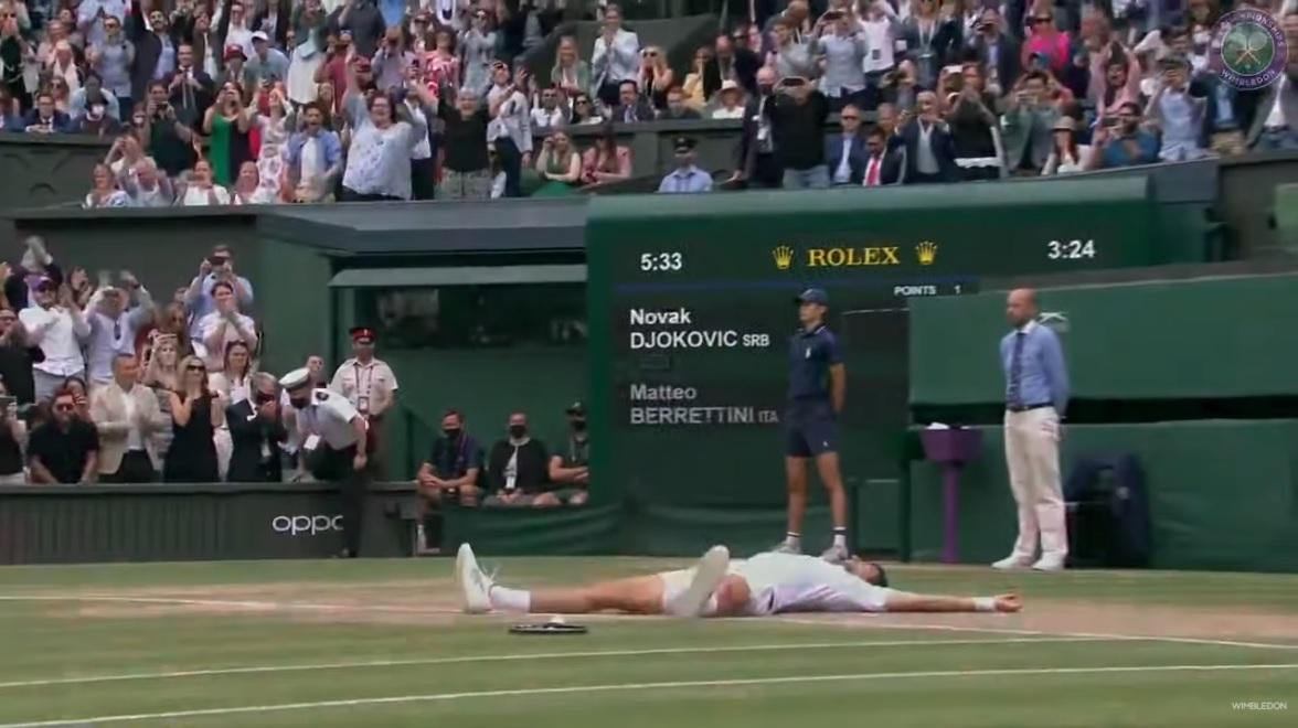 Novak Djokovic remporte Wimbledon 2021 et rejoint Federer et Nadal avec 20 titres du Grand Chelem.