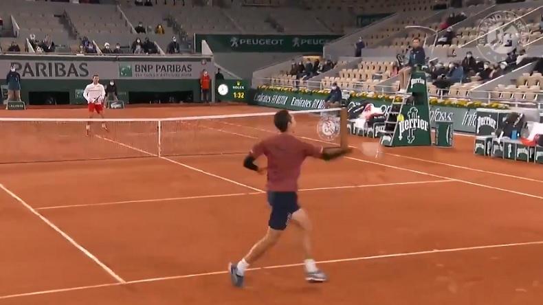 Djokovic se fait punir par Galan sur un point superbe, à Roland-Garros 2020.