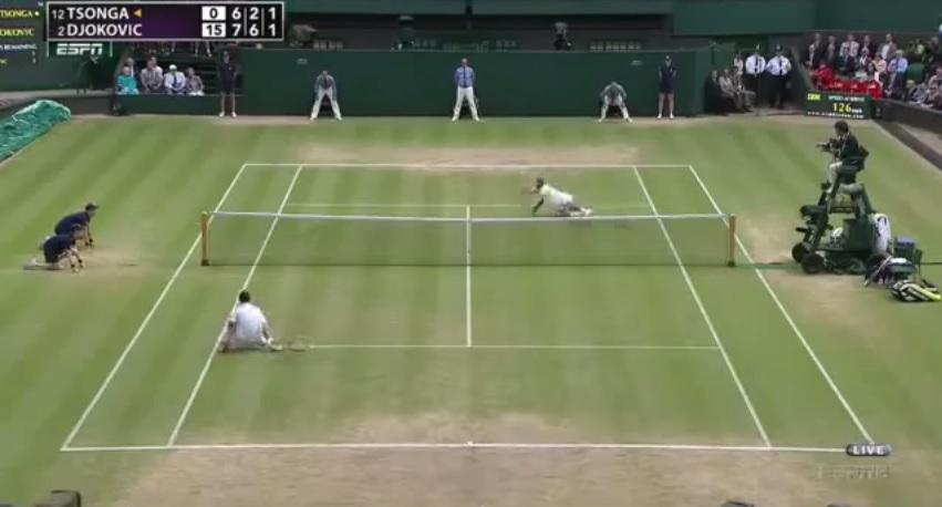 Un point de fou entre Novak Djokovic et Jo-Wilfried Tsonga en demi-finales de Wimbledon 2011.