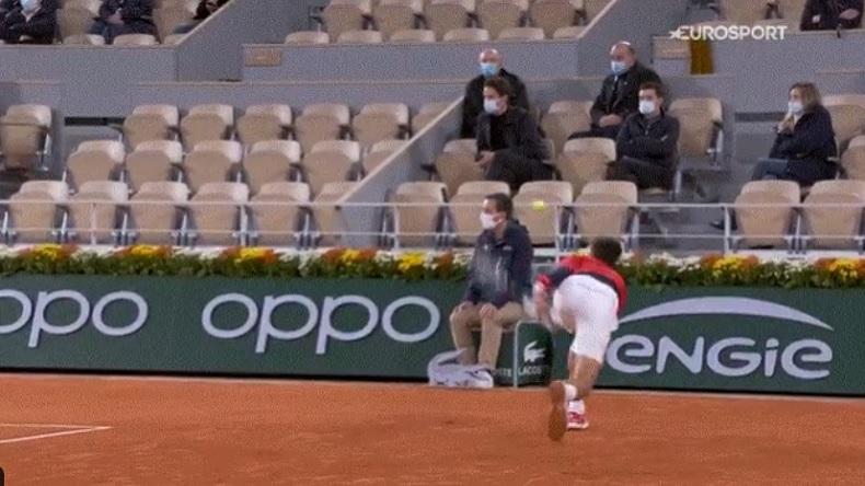 Novak Djokovic, dans le jeu, envoie involontairement une balle dans la tête d'un juge de ligne, à Roland-Garros 2020.