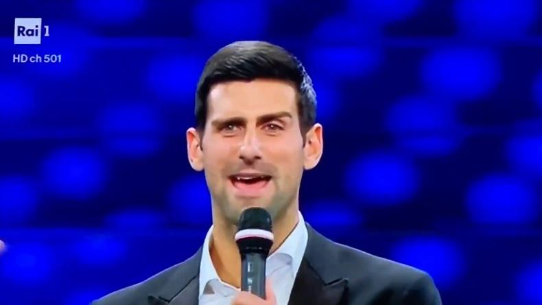 Novak Djokovic chante en italien au Festival de San Remo 2020.