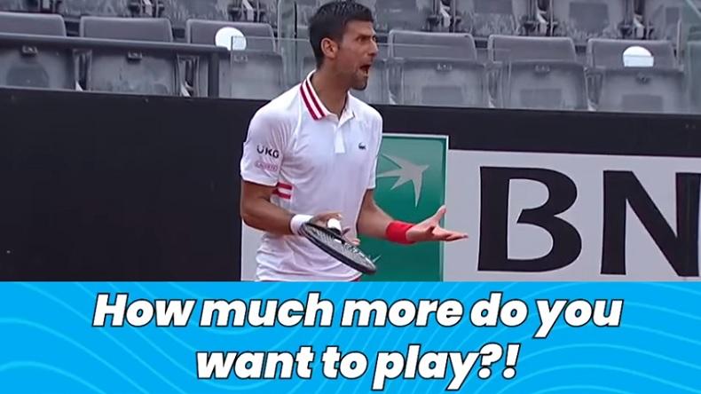 Novak Djokovic crie sur l'arbitre car il n'arrête pas le match alors qu'il pleut, au deuxième tour du Masters de Rome 2021.