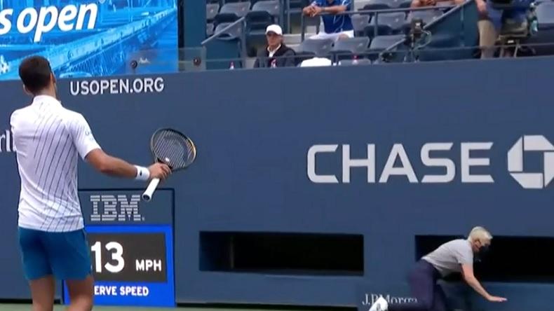 Novak Djokovic vient de lancer une balle involontaire sur une juge de ligne à l'US Open. Il va être disqualifié.
