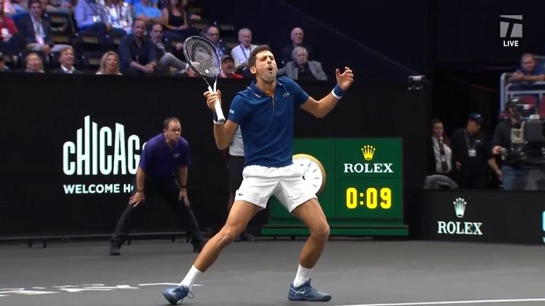 La tête de Novak Djokovic après avoir touché involontairement Roger Federer sur un coup droit en double à la Laver Cup 2018.