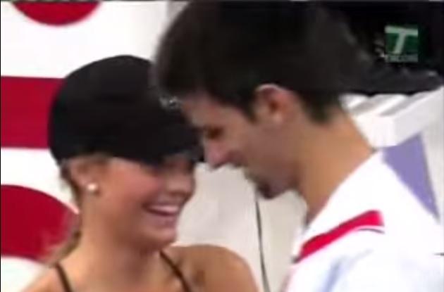 La technique de drague particulière de Novak Djokovic avec un mannequin ramasseuse de balle au tournoi de Madrid 2007.