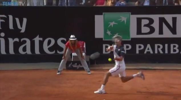 Novak Djokovic tire un passing-shot monstrueux contre Rafael Nadal en finale du Masters 1000 de Rome 2014.