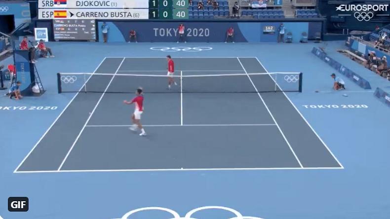 Un jet de raquette amusant de Novak Djokovic directement en tribunes lors de la petite finale des JO de Tokyo 2020.