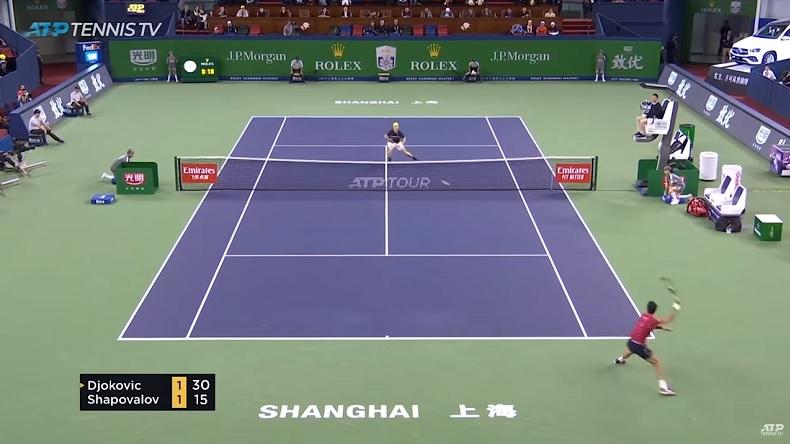 Djokovic écœure Shapovalov avec deux passings courts croisés fabuleux à Shanghai.