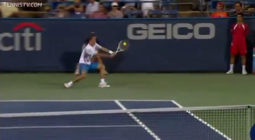 Un revers long de ligne monstrueux de Dolgopolov au tournoi de Washington 2012.