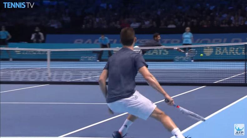 Novak Djokovic tente le plongeon mais le passing de Dominic Thiem est trop bon.
