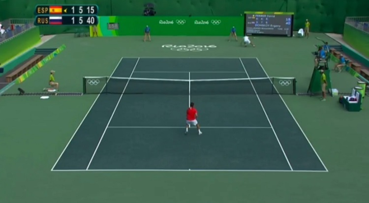 Evgeny Donskoy fait le break contre David Ferrer sur un point énorme.
