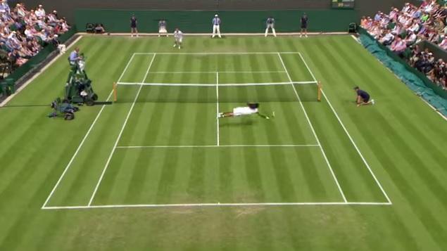 Dustin Brown s'envole pour conclure le premier set contre Lleyton Hewitt à Wimbledon en 2013.
