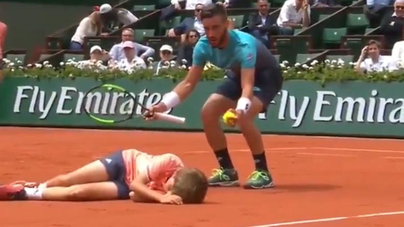 Dzumhur percute un ramasseur à Roland-Garros.
