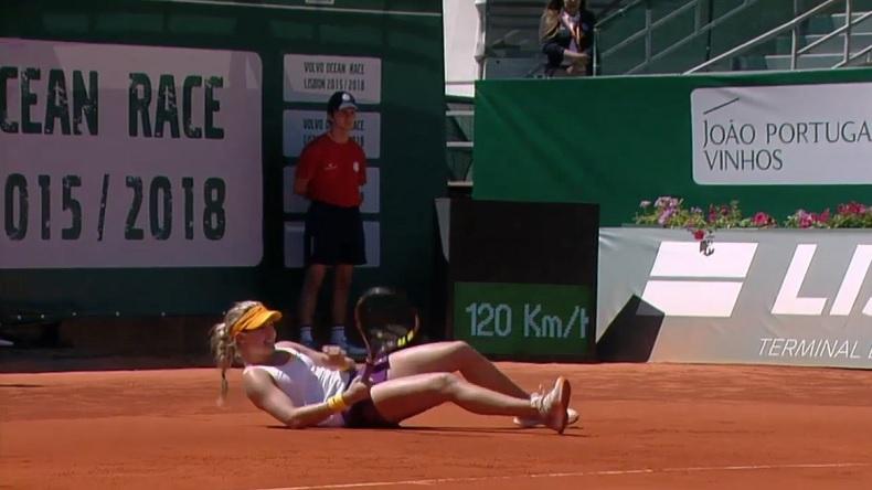 Malgré les apparences, Eugénie Bouchard va réussi à gagner ce point insolite au tournoi d'Estoril 2014.