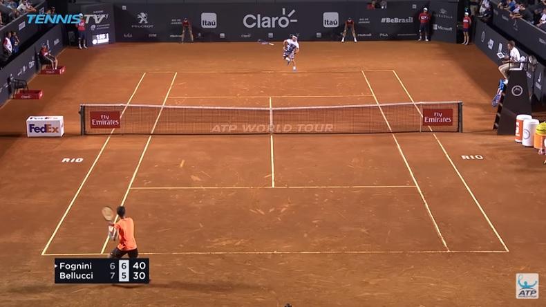 Fabio Fognini perd sa raquette sur balle de set mais il va réussir à gagner le point.