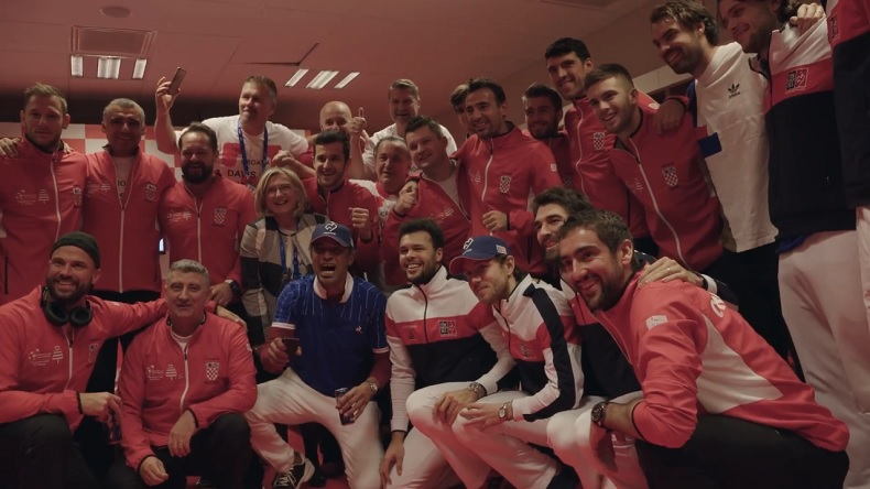 Fair-plays, les Français félicitent les Croates après leur victoire en finale de la Coupe Davis. Une belle image de sport.