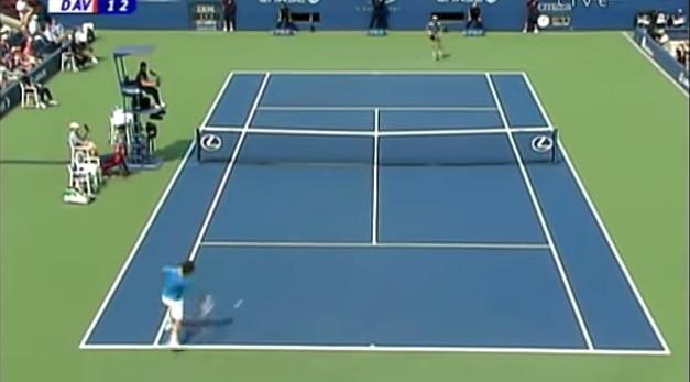Roger Federer conclut ce rallye de 25 frappes contre Nikolay Davydenko à l'US Open 2006.