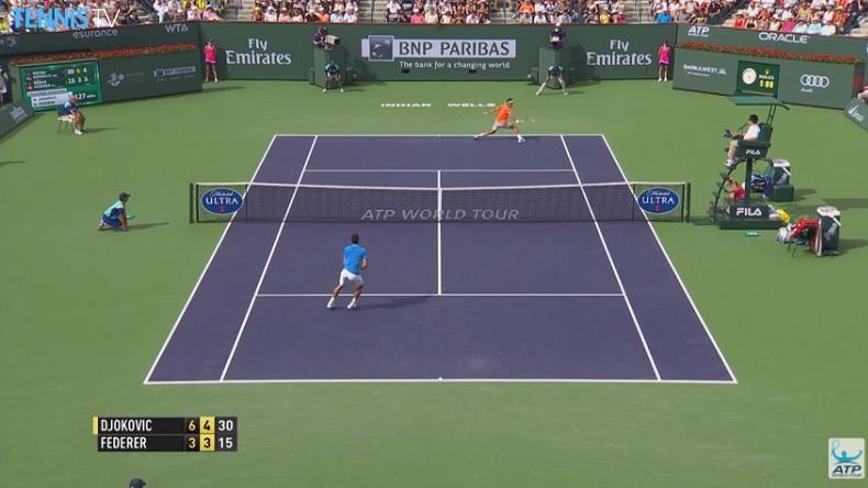 Roger Federer défend en demi-volée et en avançant contre Novak Djokovic.