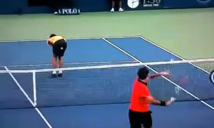 Novak Djokovic se soumet contre Roger Federer en demi-finales de l'US Open 2009.