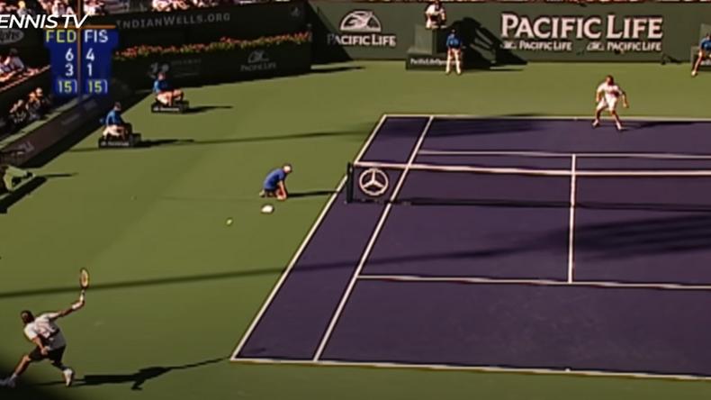 Federer ou l'art de contourner le filet. La ramasseuse de balles se souviendra longtemps de ce revers du Suisse. Son adversaire Mardy Fish également.