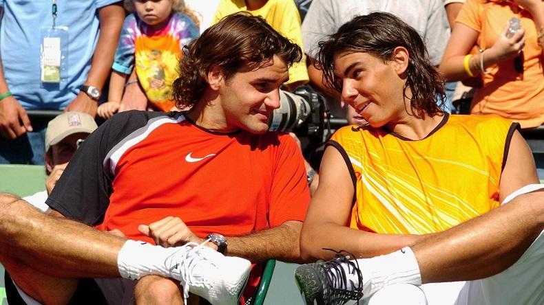 Federer tape la discute avec Nadal après la finale du Masters de Miami 2005. Le Suisse a signé un exploit mais il ne le sait pas encore : battre Rafa après avoir été mené 2 sets à 0. (DR)