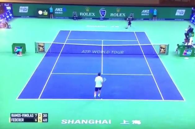 Roger Federer fait un coup de squash.