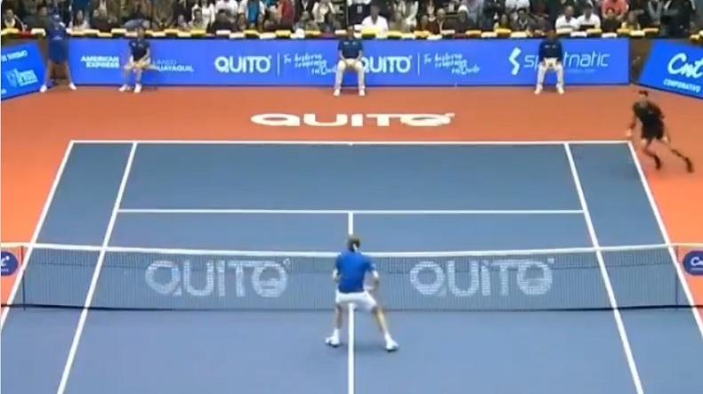 Alexander Zverev a mis un tweener gagnant à Roger Federer sur un point de air tennis, à Quito.