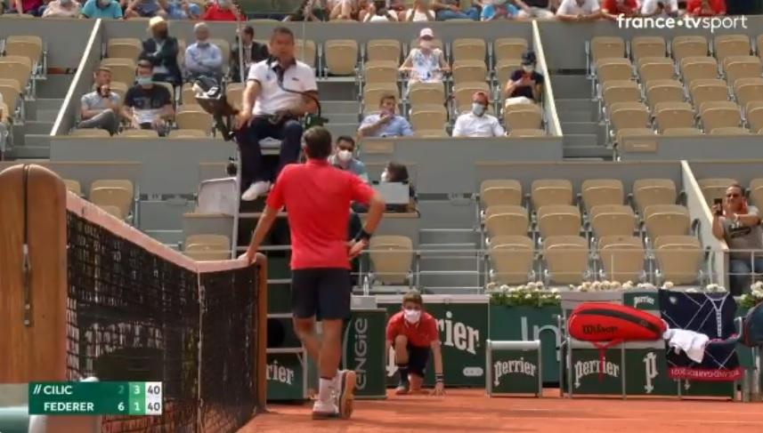 Roger Federer a parlé longtemps avec l'arbitre après avoir un pris avertissement lors de son match contre Cilic à Roland-Garros.