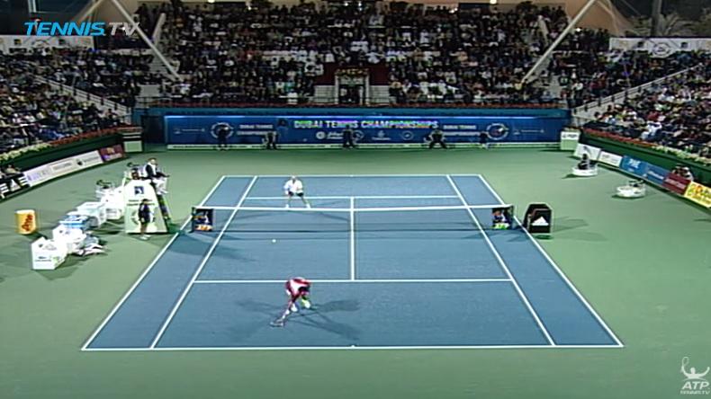Difficile à croire mais Roger Federer est en train de frapper un lob gagnant.