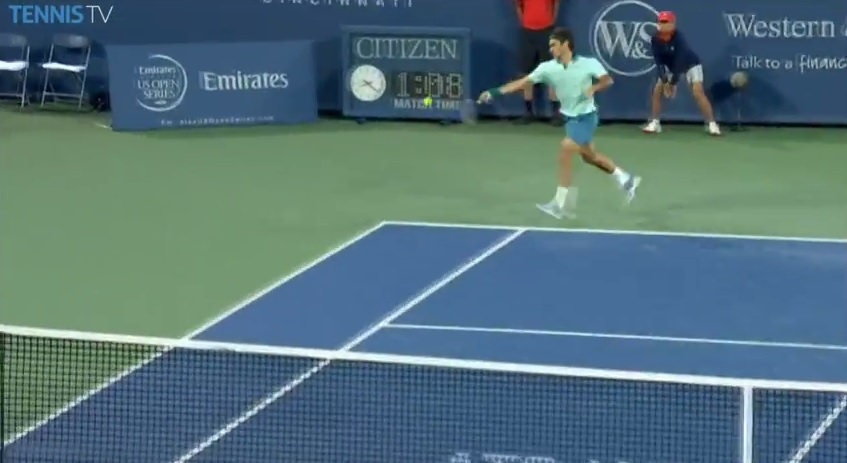 Roger Federer lâche une roquette en coup droit contre Andy Murray au Masters 1000 de Cincinnati 2014.