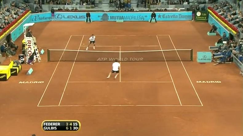 Roger Federer brise les reins de Gulbis avec une feinte du regard violente au Masters de Madrid 2010.