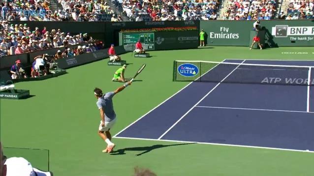 Roger Federer lâche un revers de mutant en finale du Masters 1000 d'Indian Wells.