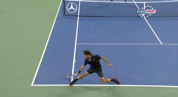 Roger Federer signe un lob tout en toucher au deuxième tour de l'US Open 2014.