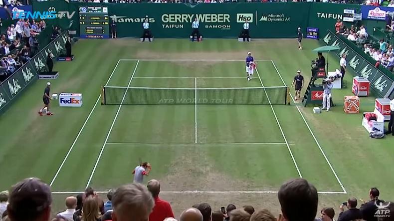 Roger Federer ne sait pas qu'il a gagné le match et retourne se placer (Halle 2014)