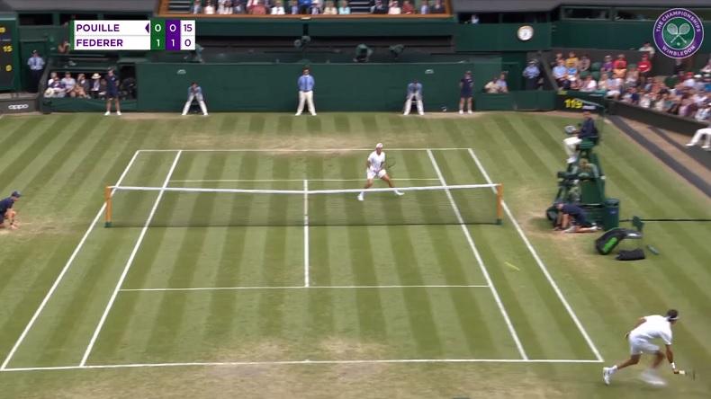 Roger Federer trouve un angle incroyable sur ce passing contre Lucas Pouille à Wimbledon.